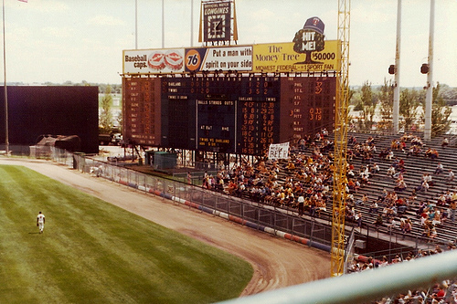 """Met Stadium scoreboard with Midwest Federal """"Hit Me"""" sign"""